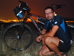 Ja, môj bicykel a v pozadí Bratislava