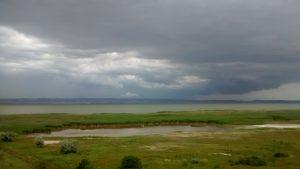 draamticke mraky, z druheho brehu bolo vidiet blikat niekolko majakov
