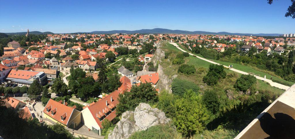 Panoráma z hradného kopca vo Veszprém.