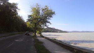Rozbúrený Balaton, na kopci vidieť opátstvo Tihany.