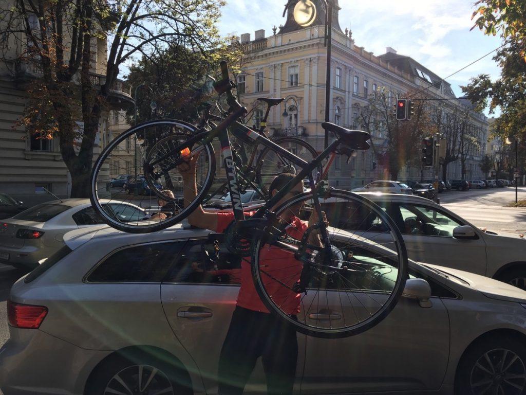 Skladanie bicyklov z auta
