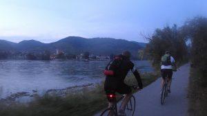 Wachau, po pravej strane Dunaja, v šere sa uhýbame rojom hmyzu